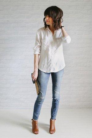 Голубые джинсы с рубашкой