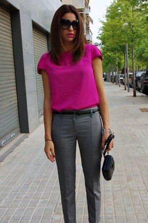 Серые брюки с сиреневой кофтой
