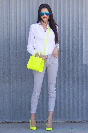 Серые брюки с желтыми туфлями