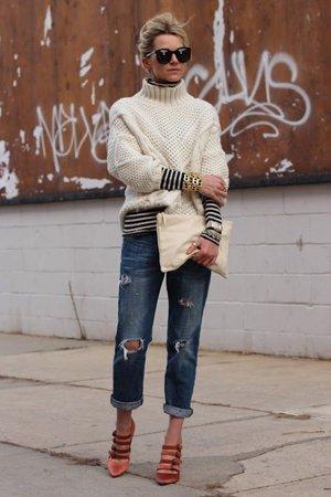 Белый свитер с джинсами