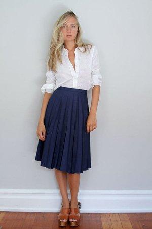 Белая рубашка с синей юбкой