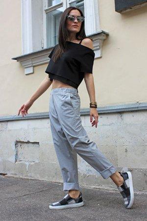 Уличный стиль одежды с серыми брюками