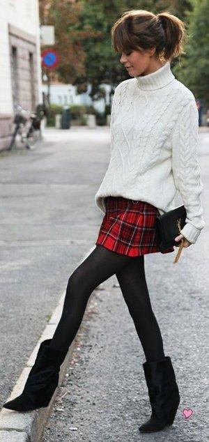 Белый свитер с клетчатой юбкой