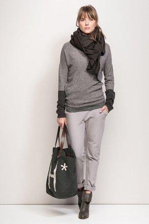 Серые брюки с серой кофтой
