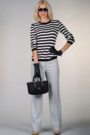 Полосатая кофта с серыми брюками