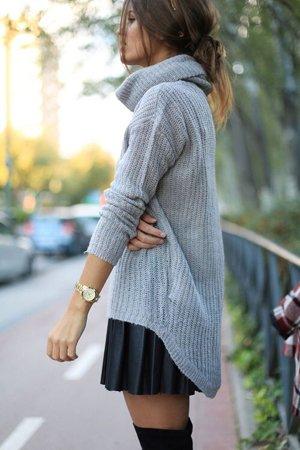 Серый свитер с черной юбкой
