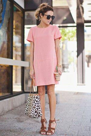 Леопардовая сумка с розовым платьем