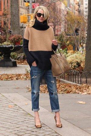 Коричневый свитер с джинсами
