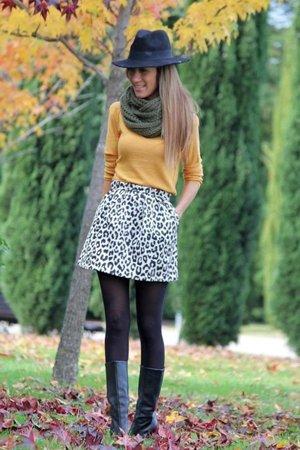 Леопардовая юбка с желтой кофтой