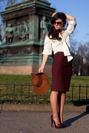 Белая рубашка с бордовой юбкой
