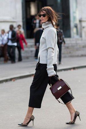 Серый свитер с черными брюками