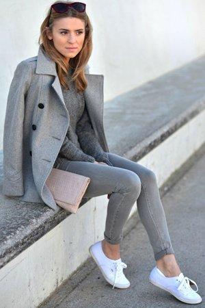 Серые брюки с плащем