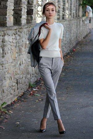 Серые брюки с белой блузкой