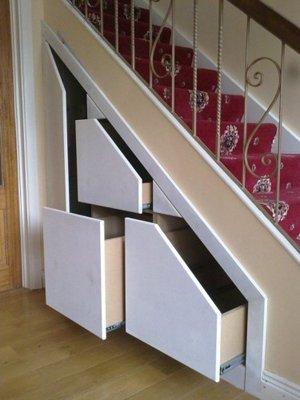 Ящики под лестницей в частном доме