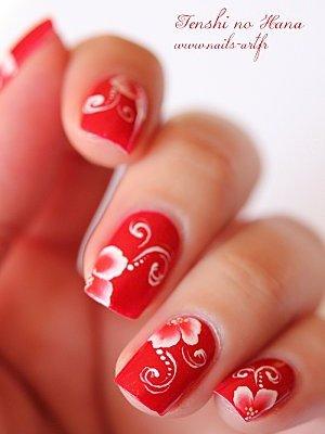 Красные ногти с белым узором