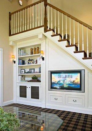 Зона отдыха в доме под лестницей
