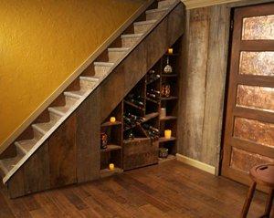 Обустройство винной комнаты под лестницей