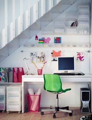 Фото рабочего стола под лестницей