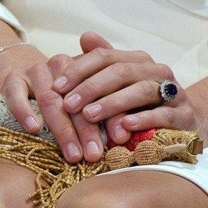 Маникюр под кольцо с камнем