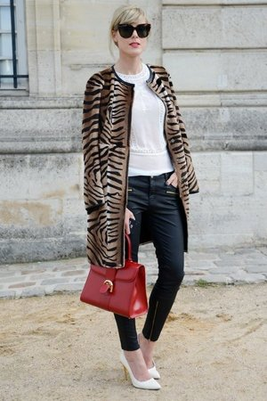 Тигровый принт с красной сумкой
