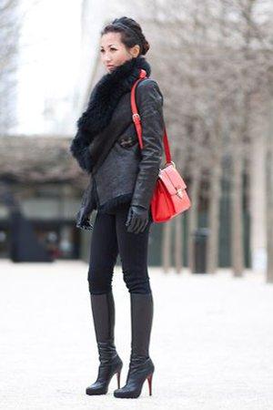 Черный образ с красной сумкой