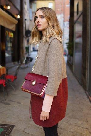 Зимний образ с красной сумкой