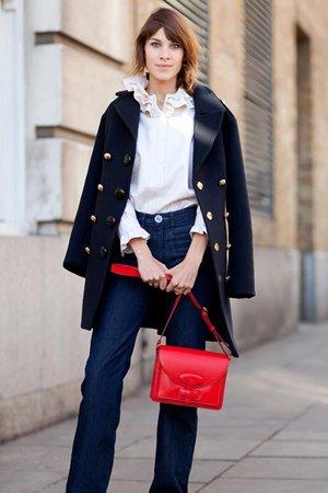 Повседневный наряд с красной сумкой