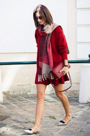 Красная сумка с красным платьем