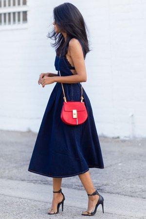 Синее платье миди с красной сумкой