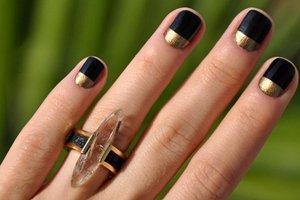 Выделение лунулы шеллаком на ногтях