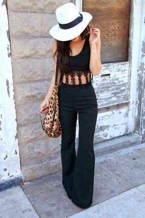 Белая шляпа с черной одеждой