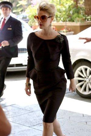 Коричневое платье с брошкой