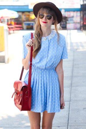 Летнее платье с красной сумкой
