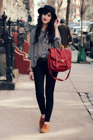 Красная сумка с рубашкой и брюками