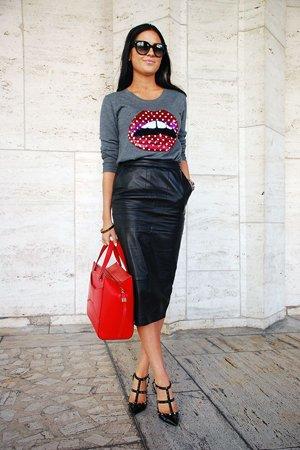 Кожаная юбка с красной сумкой