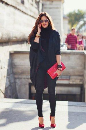 Осенний лук с красной сумкой