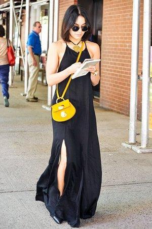 Желтая сумка с черным платьем