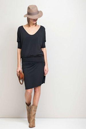 Черное платье с сапогами