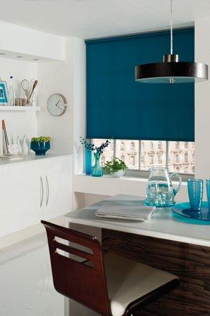 бирюзовые рулонные шторы в интерьере кухни