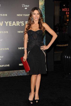 Черное платье с красным клатчем