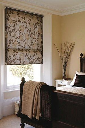 Коричневые рулонные шторы в интерьере спальни