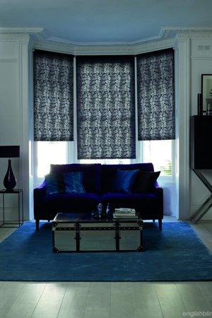 синие рулонные шторы в сочетании с синим диваном
