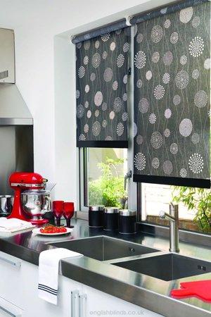 черные рулонные шторы на кухне