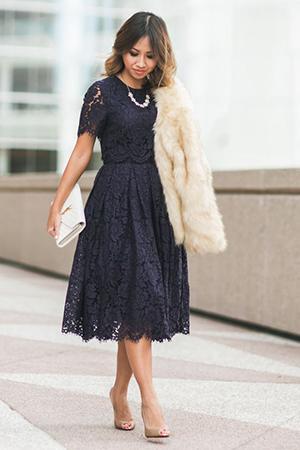 Черное кружевное платье миди с шубой