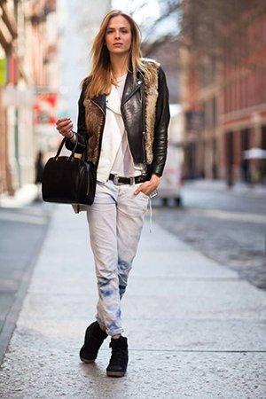 Лук с джинсами и курткой касухой