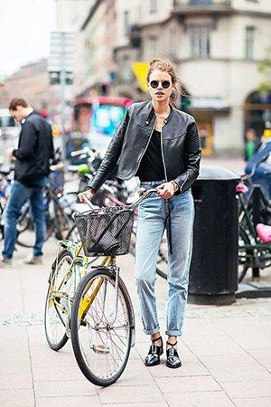Сочетание джинсы с черной курткой
