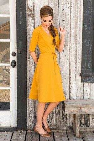 Желтой платье с расклешенным подолом