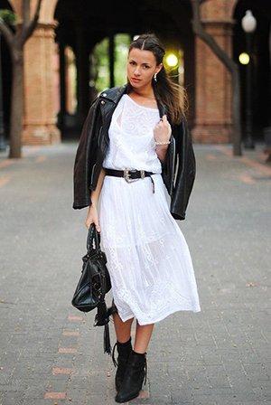 Белое платье миди с черной курткой