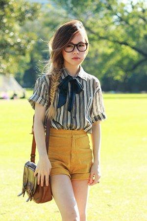Рубашка в полоску с желтыми шортами