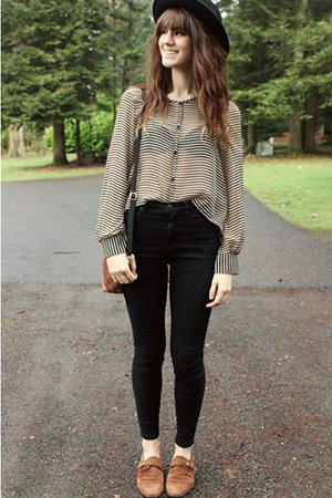 Черные джинсы с рубашкой в полоску